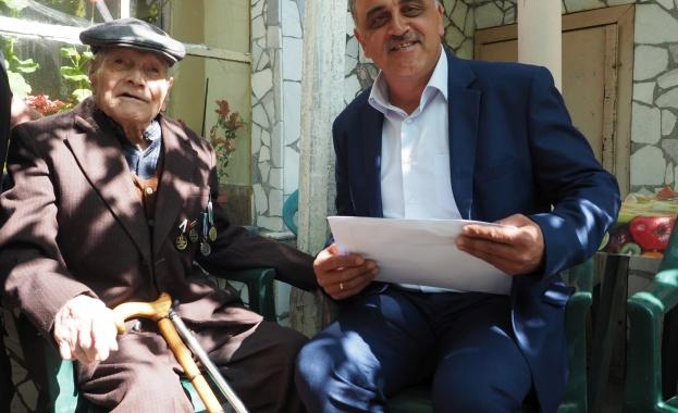 """Кметът на община """"Марица"""" Димитър Иванов връчи медал на 98-годишния"""