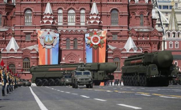 Руският печат: Парадът на победата в Москва прокарва връзка между две епохи