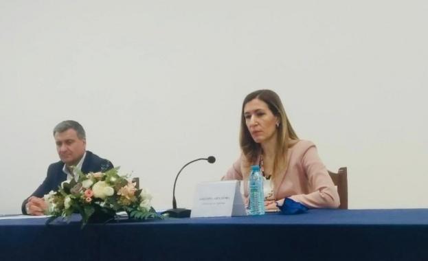 Министър Ангелкова: Очакваме възстановяване на пътуванията