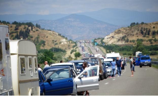 Близо 15 километра е опашката от чакащи камиони, автобуси и