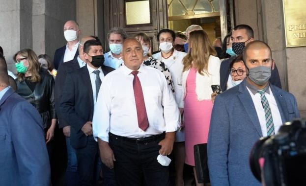 На Ларгото пред Министерския съвет са се събрали членове на