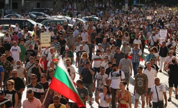 Няколко хиляди души се събраха на антиправителствен протест в центъра