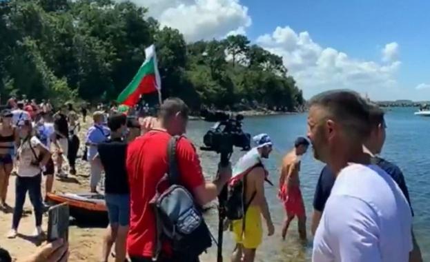 След повече от два часа опити хиляди хора достигнаха плажа