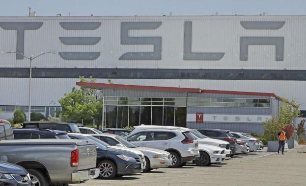Американският производител на електрически автомобили Tesla, намали цената на спортния