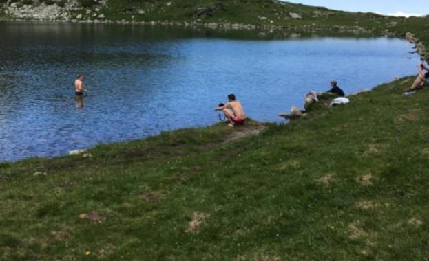Туристи отново нарушиха забраната за къпане в Рилските езера. Група