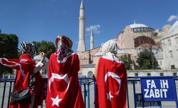 """Иконите, изобразяващи християнски фигури в древната """"Света София"""" в Истанбул,"""