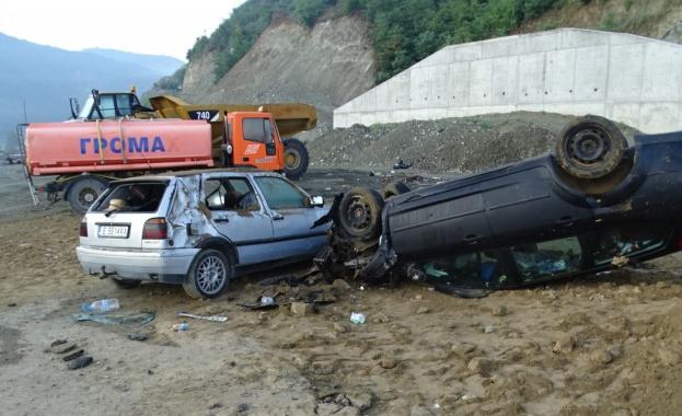 """Румънци """"пропуснаха"""" края на магистрала """"Струма"""" край Благоевград, трима пострадаха"""
