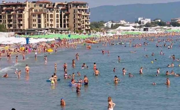 Плажът е пълен, но туристите не ходят по заведения Предпочитат