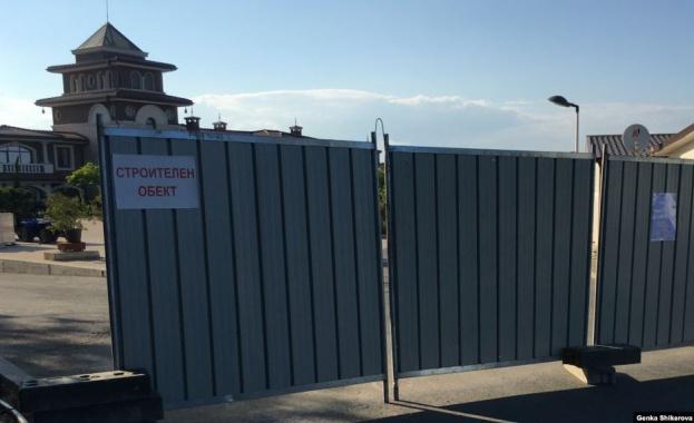 Пътят е преграден с ограда и охрана. Плажът отново е