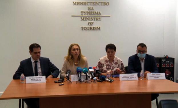 Вицепремиерът и министър на туризма Марияна Николова, министърът на икономиката