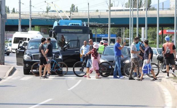 Група протестиращи блокираха пешеходна пътека на Кръговото на Четвърти километър