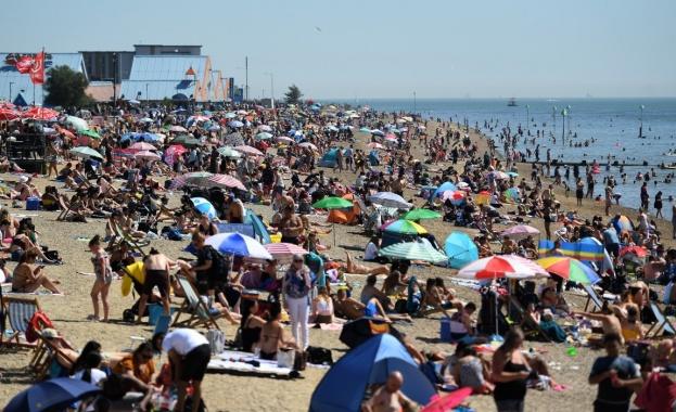 Тълпи от жадни за слънце британци задръстиха плажовете в страната