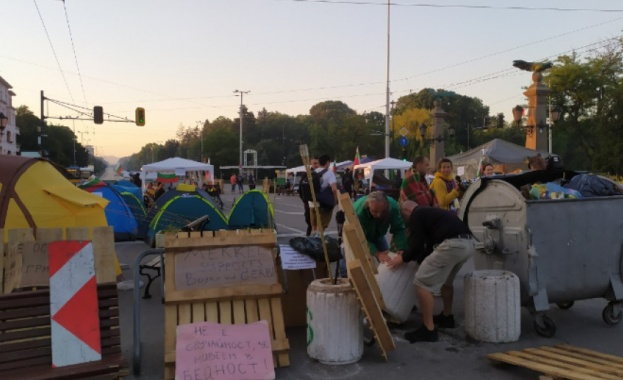 Блокадите на ключови кръстовища в София продължават и в този