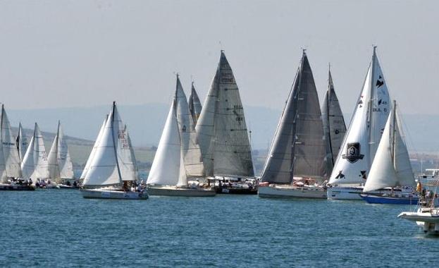 Около четиридесет яхти с дължина на корпуса от 7 до