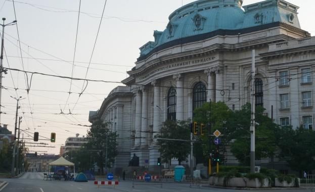 На 35-ия ден от антиправителствените протести София осъмна с три