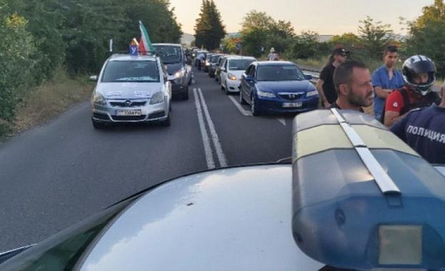 Група протестиращи срещу правителството са потеглили в 10 часа днес