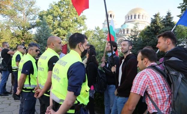 Протестиращи започват да се събират около сградата на Народното събрание,
