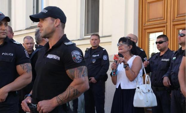 Агресия спрямо колега журналист демонстрираха протестиращите пред служебния вход на