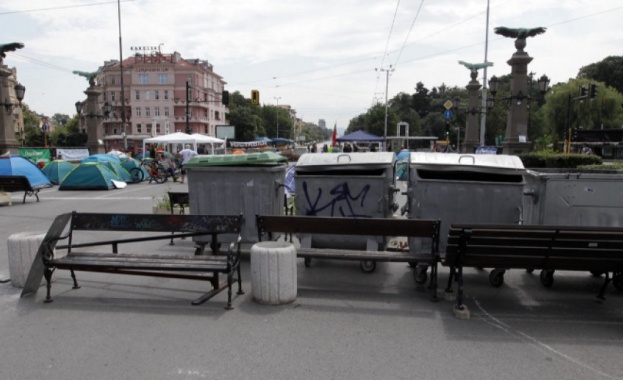 Антиправителствените протести продължават и днес. Остават блокадите на протестиращите в