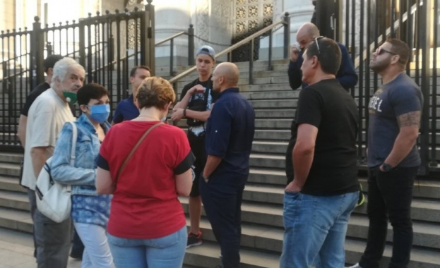 Група граждани се събраха тази сутрин пред Съдебната палата, за