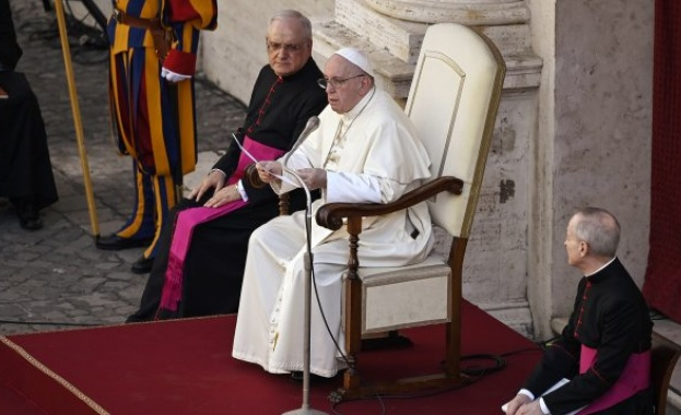 Папа Франциск призова хората да следват препоръките за борба с коронавируса