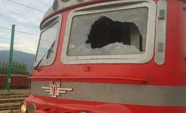 Счупиха в движение челното стъкло на бързия влак София - Бургас