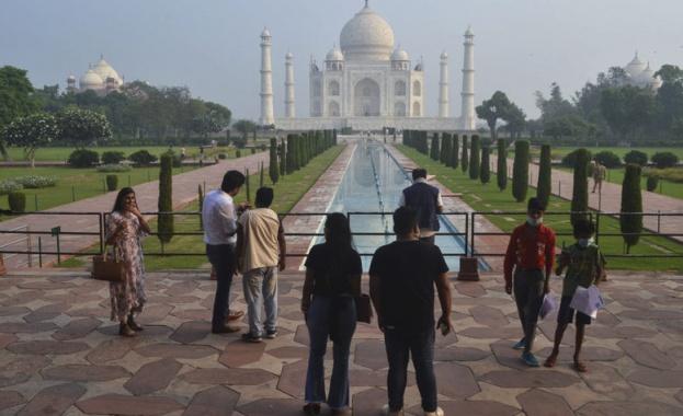 Прочутият индийски монумент Тадж Махал днес отново отвори врати за посетители