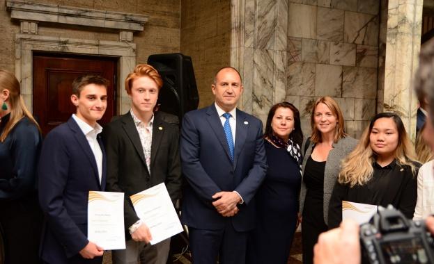 Президентът награждава български ученици с Международна награда на херцога на Единбург