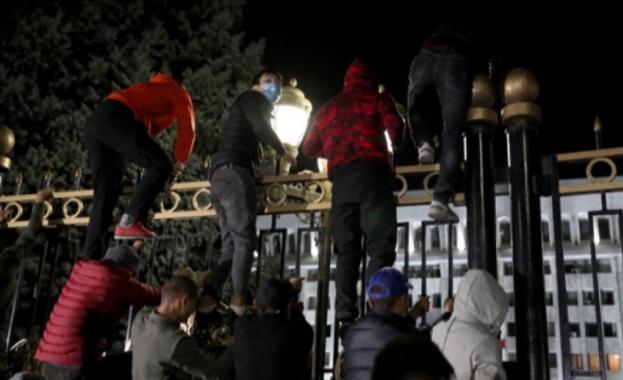 Демонстранти, оспорващи резултатите от парламентарните избори в Киргизстан в неделя,