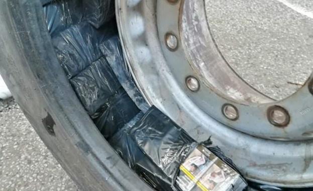 Иззеха над 32 000 къса контрабандни цигари в тайници на камиони