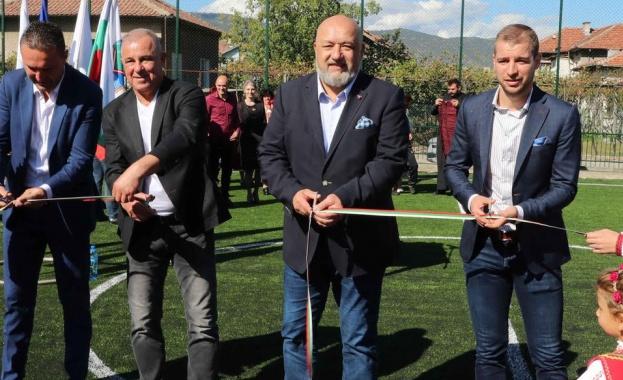 Министър Кралев откри футболно игрище в с. Черниче