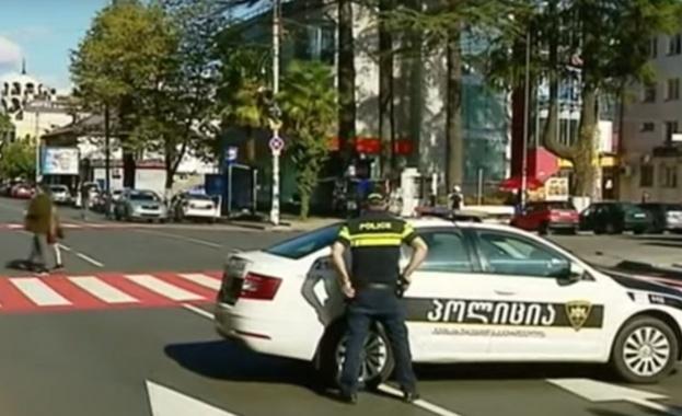 Неидентифицирани нападатели взеха около 20 души за заложници в банка