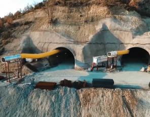 """Прокопани са 2/3 от тунел """"Железница"""" на АМ """"Струма"""""""