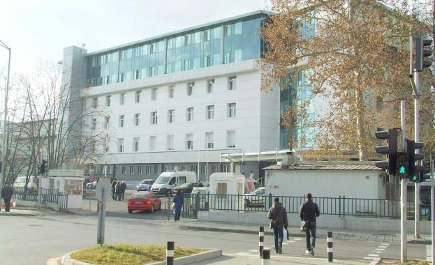 Лекари и пациенти от раковата болница в София излизат на
