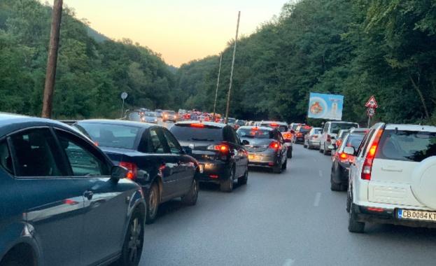 Начало на празничните дни - очаква се засилен трафик по пътищата