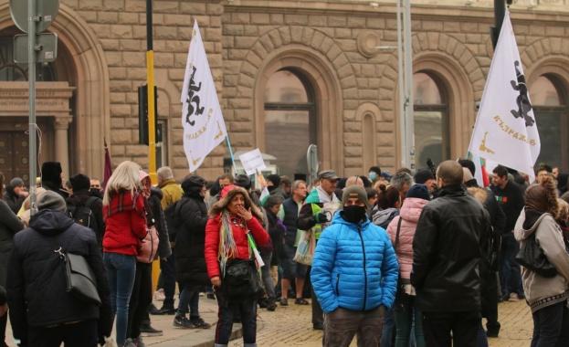 Протестиращи срещу обявените по-рано строги противоепидемични мерки се опитват да