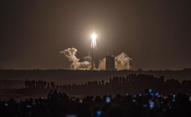 """Китайският апарат """"Chang`e-5"""", който трябва да достави лунни почвени проби"""