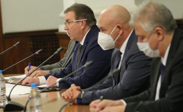 Министърът на здравеопазването проф. Костадин Ангелов, председателят на Националния оперативен