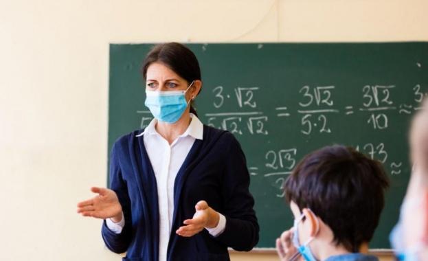 Учениците от 6-и, 9-и и 12-и клас се връщат в клас