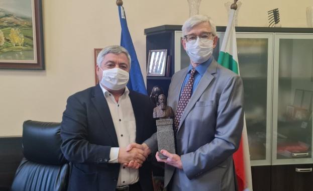 Руският консул в Русе подари бюст на Игор Курчатов на Русенския университет