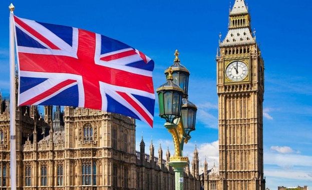 Англия отлага с месец разхлабването на мерките срещу COVID-19
