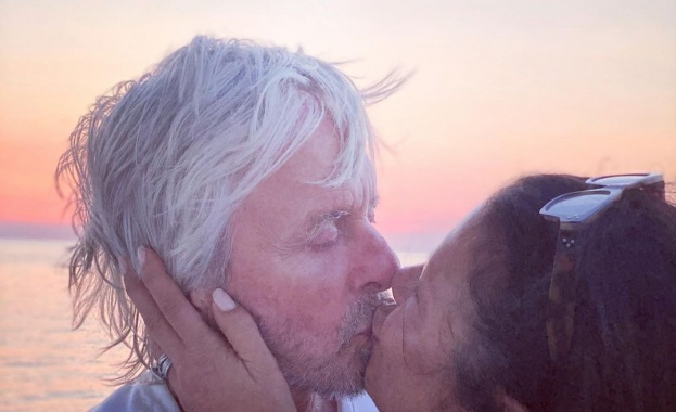 Катрин Зита-Джоунс и Майкъл Дъглас размениха жарка целувка