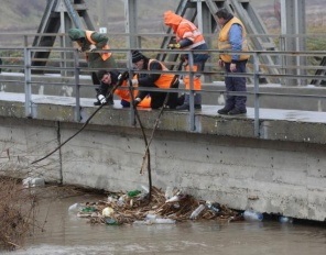 Тонове боклук изплуваха в река Искър, истинска екокатастрофа