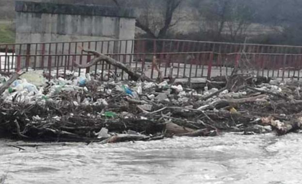 Проливните дъждове в Кюстендилско са образували подвижно сметище по река