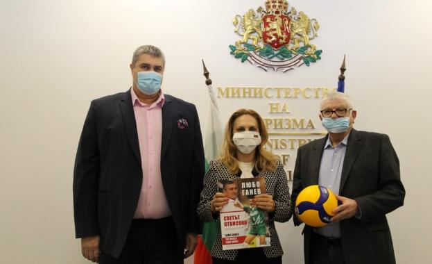 Марияна Николова разговаря с председателя на Българската федерация по волейбол Любо Ганев