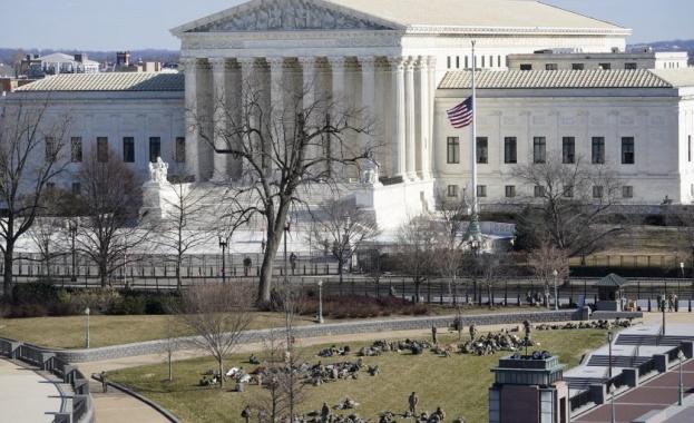 Върховният съд на САЩ е евакуиран заради заплаха от бомба