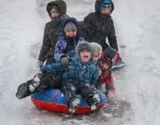 Детска градина в Сибир калява децата с леден душ на открито