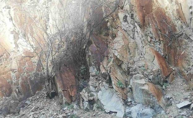 Скални късове паднаха на няколко места в Кресненското дефиле. Най-голямо