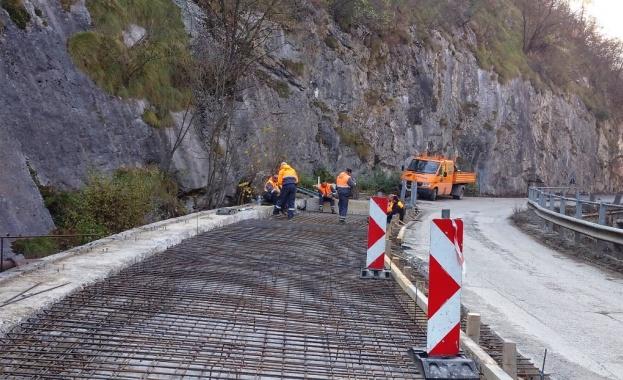 Срутище блокира за часове пътя Пловдив-Лъки
