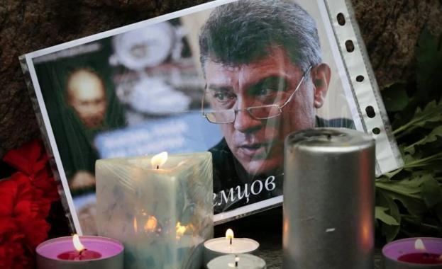 Московската полиция задържа активисти, които полагаха цветя на лобното място на Борис Немцов